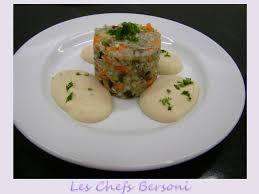 Tartar verde de trigo-sarraceno ao molho de feijão branco